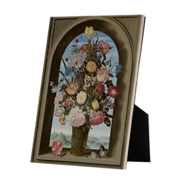 Vaas met bloemen in een venster op keramische tegel op standaard