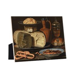 Stilleven met kazen, amandelen en krakelingen op keramische tegel op standaard