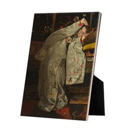 Meisje in witte kimono op keramische tegel op standaard
