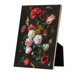 Stilleven met bloemen in een glazen vaas op keramische tegel op standaard